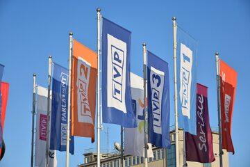 Flagi przed siedzibą TVP