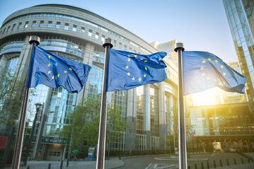 Flagi UE przed Parlamentem Europejskim