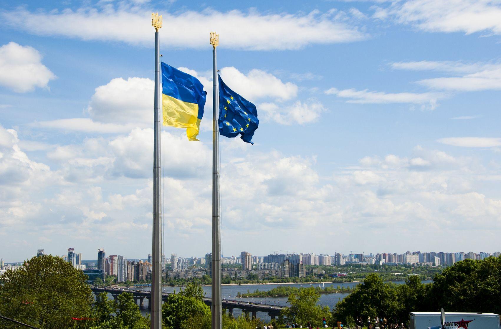 Flagi Ukrainy i Unii Europejskiej