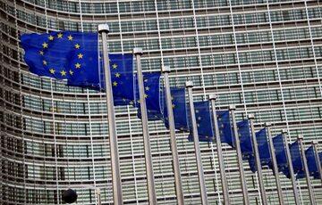 Flagi Unii Europejskiej pod siedzibą KE