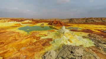 Formacje siarki i soli powstałe przy gorącym źródle na wulkanie Dallol