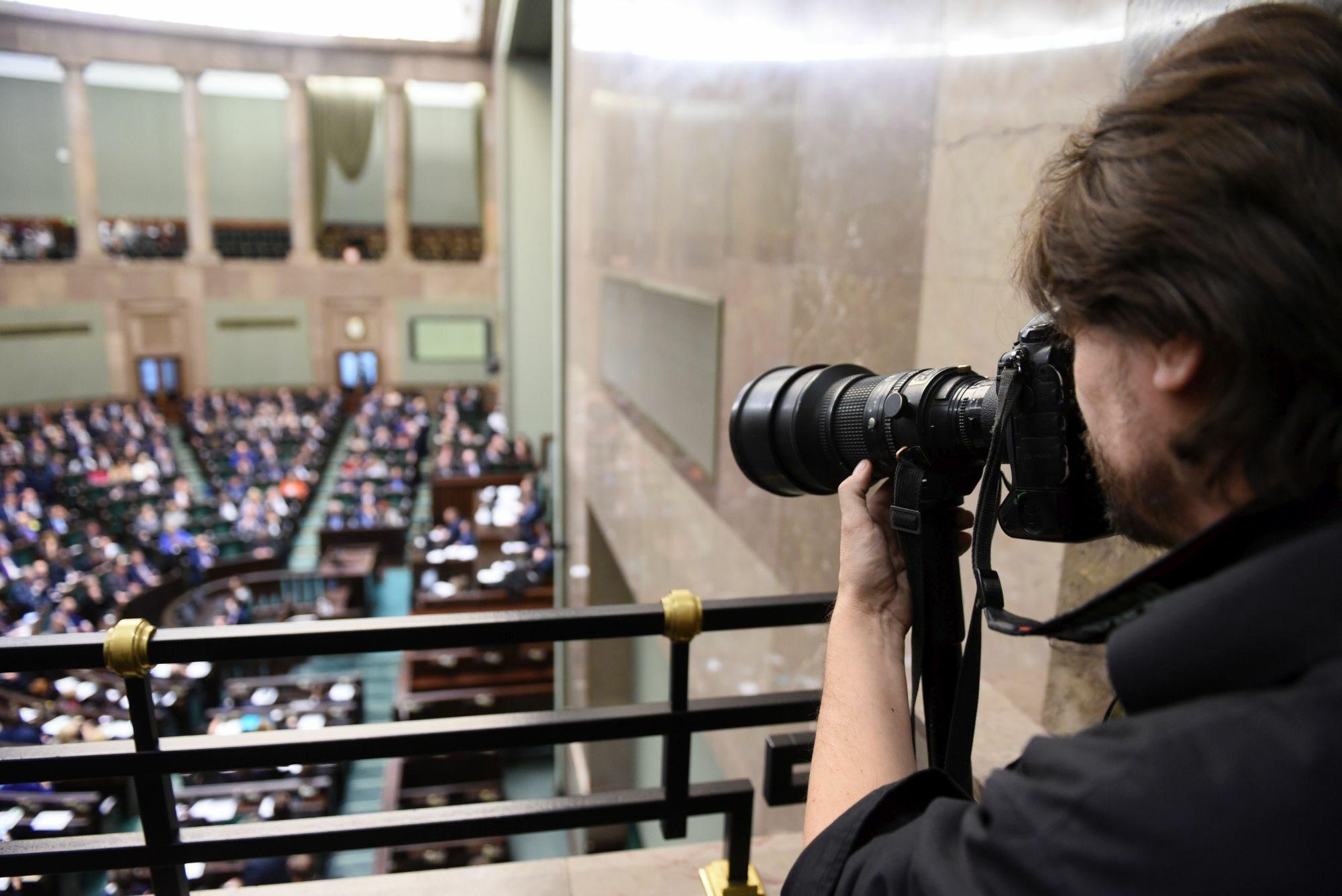 Fotoreporter na galerii sejmowej