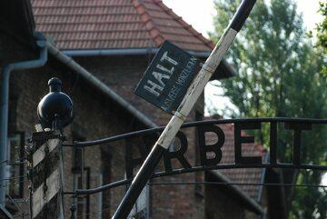 """Fragment bramy z napisem """"Arbeit Macht Frei"""" w Auschwitz"""
