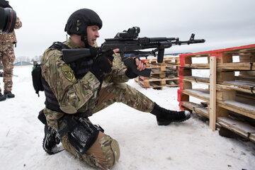 Funkcjonariusz OMON, który jest członkiem Gwardii Narodowej
