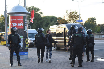 Funkcjonariusze milicji tłumiący protesty w Mińsku