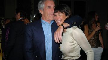 """Ghislaine Maxwell i Jeffrey Epstein – zdjęcie z dokumentu """"Jeffrey Epstein: Obrzydliwie bogaty"""" (2020)"""
