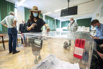 Głosowanie w komisji obwodowej w Warszawie