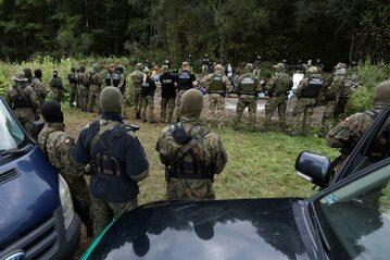 Granica Polski i Białorusi w Usnarzu Górnym. Grupa 32 uchodźców zablokowana pomiędzy strażnikami granicznymi obu krajów