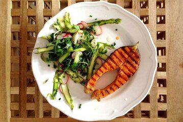 Grillowany łosoś z sałatką ze szparagów