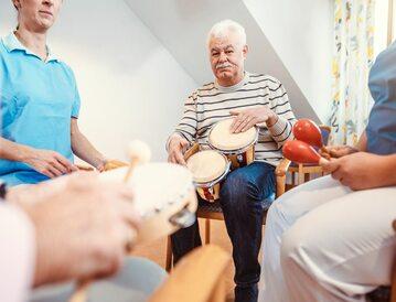 Grupa seniorów biorących udział w muzykoterapii