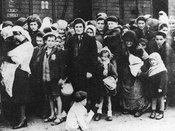 Grupa węgierskich Żydów na rampie, lato 1944 roku