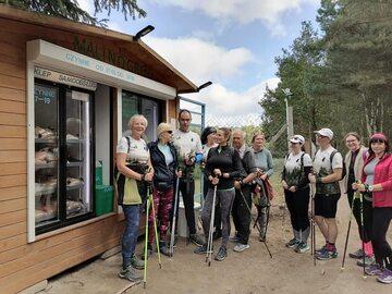Grupa WłóczyKije Gdynia pod sklepem samoobsługowym