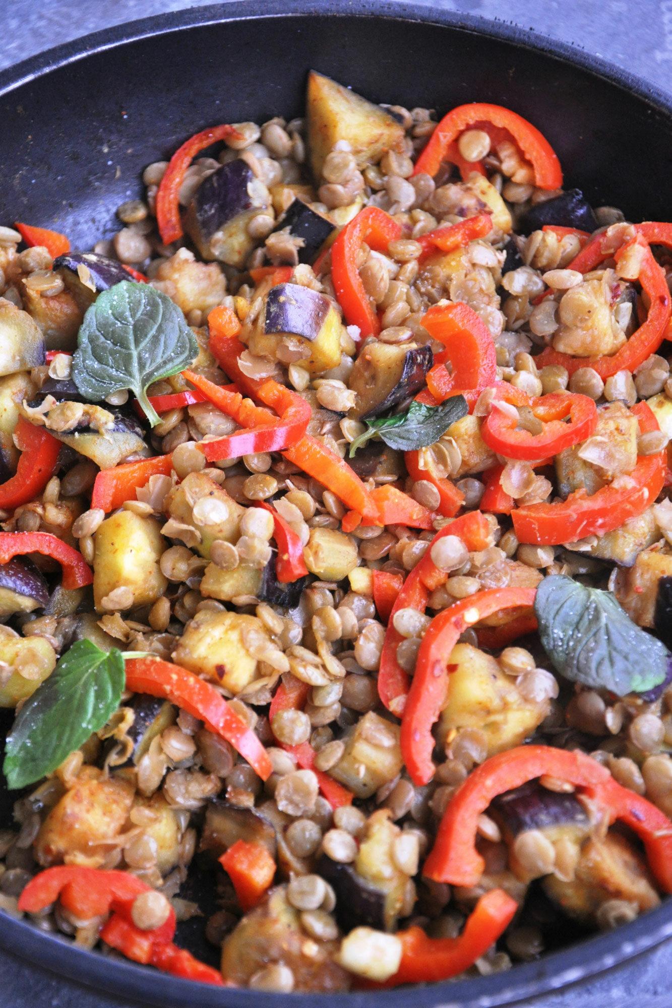 Gryczana kasza z soczewicą i warzywami