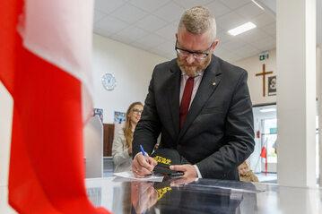 Grzegorz Braun podczas głosowania w Rzeszowie