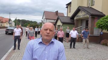 Grzegorz Fabiszewski, wójt gminy Łyse razem z pracownikami urzędu gminy