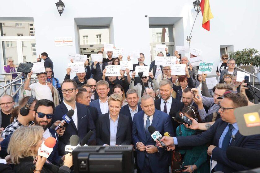 Hanna Zdanowska w otoczeniu swojego sztabu, wyborców i polityków PO