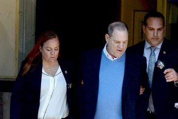 Harvey Weinstein prowadzony przez policję
