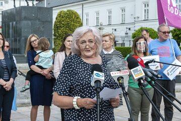 Helena Biedroń przed Pałacem Prezydenckim