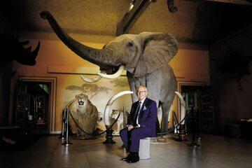 Henryk Stokłosa z jednym z upolowanych przez siebie słoni
