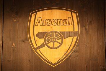 Herb Arsenalu wyrzeźbiony w drewnie