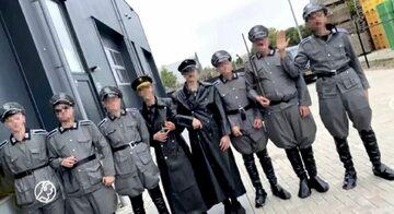 Holandia. Mężczyźni z Urk przebrali się w nazistowskie mundury