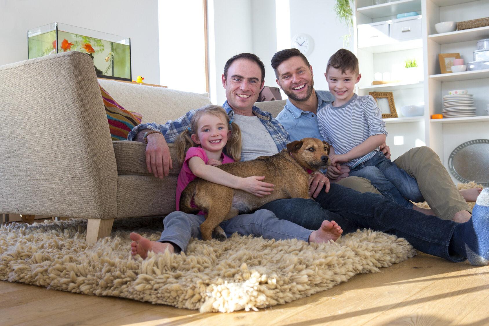 Homoseksualna para z dziećmi, zdjęcie ilustracyjne