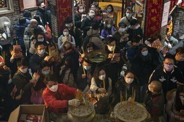 Hongkong. Wierni modlący się w świątyni Lin Fa Kung podczas Kwun Yam Treasury Festival