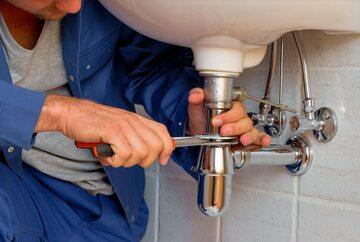 Hydraulik wykonujący pracę