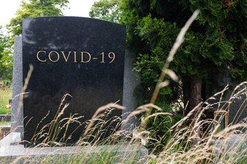 Ile osób zmarło w czasie pandemii COVID-19?