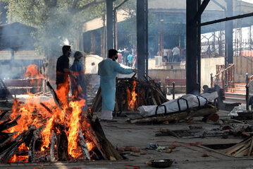 Indie. Palenie zwłok osób, u których wcześniej potwierdzono zakażenie koronawirusem