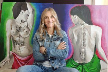 Iwona Guzowska od lat pasjonuje się malarstwem. Na zdjęciu prezentuje niektóre ze swoich prac