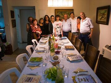 Izraelska rodzina przed rozpoczęciem Pesach