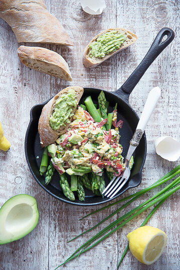 Jajecznica z salami, awokado, szczypiorkiem i szparagami