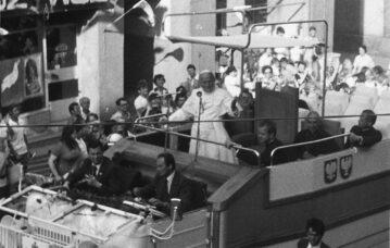 Jan Paweł II w trakcie pierwszej pielgrzymki do Polski w Gnieźnie (3 czerwca 1979 r.)
