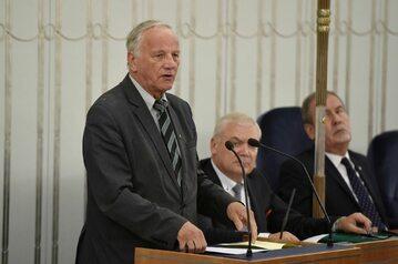 Jan Rulewski przemawia podczas obrad Sejmu