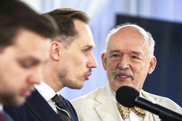 Janusz Korwin-Mikke z politykami Konfederacji