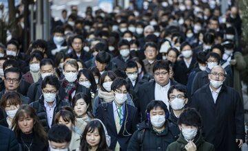 Japończycy na ulicy Tokio w maskach