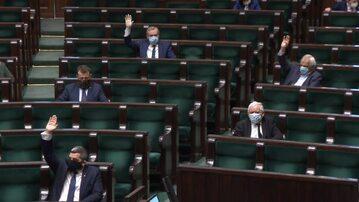 Jarosław Kaczyński i posłowie PiS w maseczkach