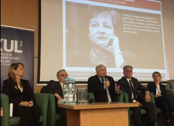 Jarosław Kaczyński podczas konferencji na KUL