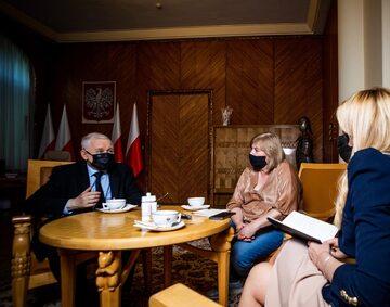 Jarosław Kaczyński, prezes PiS oraz dziennikarki Wprost: Eliza Olczyk i Joanna Miziołek