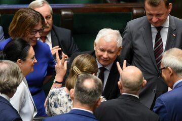 Jarosław Kaczyński w otoczeniu polityków PiS