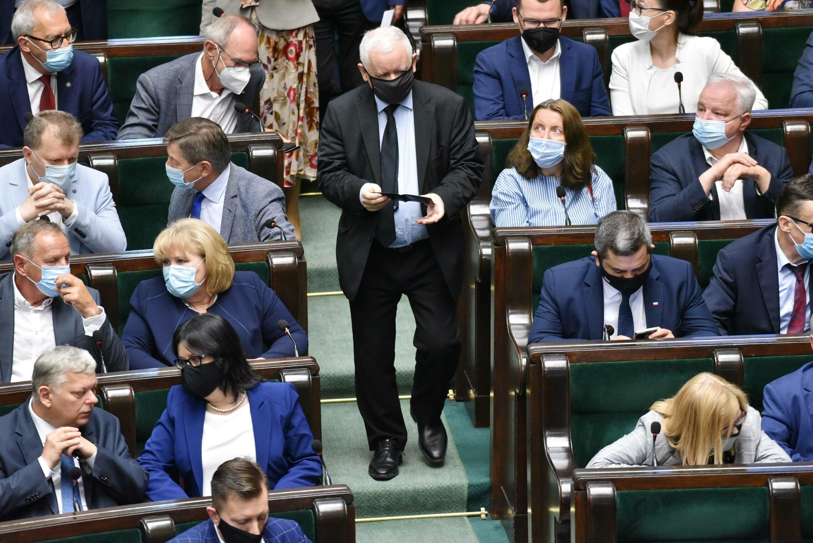 """Jarosław Kaczyński ma obiecywać posłom podwyżki. """"Bez zmian ustaw i głosowań w Sejmie"""