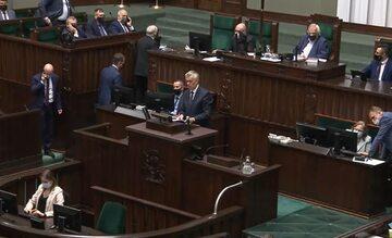 Jarosław Kaczyński wychodzi z sali posiedzeń w Sejmie – 6 września