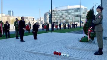 Jarosław Kaczyński złożył wieniec pod pomnikiem prezydenta Lecha Kaczyńskiego