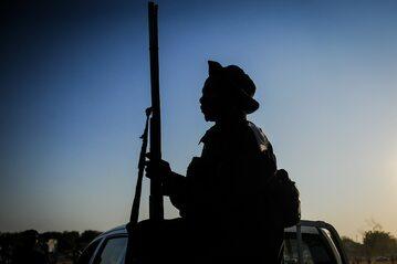 Jeden z bojowników walczących w Nigerii poza wojskowymi formacjami (zdj. ilustracyjne)