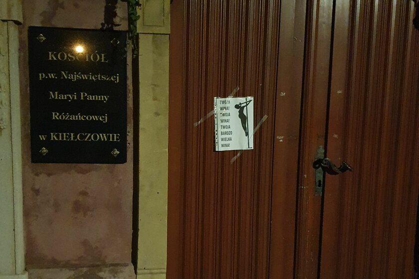 Jeden z plakatów na drzwiach kościoła