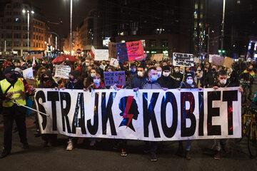 Jeden z transparentów protestujących. Na zdjęciu manifestacja we Wrocławiu