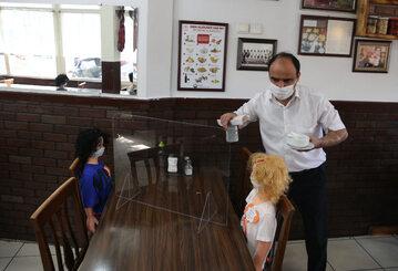 Jedna z tureckich restauracji posadziła przy stoliku manekiny, żeby przypomnieć gościom o zachowaniu odstępu