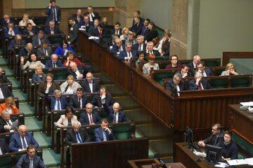 Jedno z głosowań w Sejmie; ławy rządowe i posłów PiS