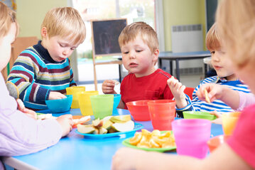 Jedzenie, dzieci, zdj. ilustracyjne